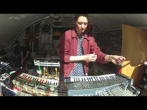 karen gwyer performs live electronic music